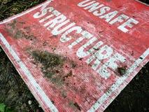 Опасный знак структуры сорванный  Стоковые Фото