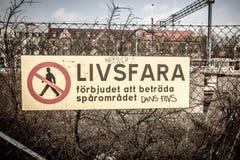 Опасный, не пересеките шведский знак Стоковые Фотографии RF