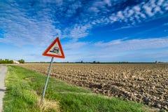 Опасный дорожный знак плеча дальше в итальянской сельской местности Стоковая Фотография RF