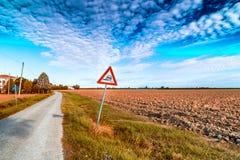 Опасный дорожный знак плеча дальше в итальянской сельской местности Стоковые Изображения RF