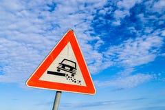 Опасный дорожный знак плеча на предпосылке неба Стоковое Фото