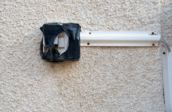 Опасный переключатель дверного звонка на стене Стоковое Фото