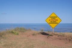 Опасный предупредительный знак скалы стоковые фотографии rf