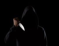 Опасный с капюшоном человек держа нож Стоковая Фотография