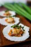 Опаленные scallops с овощами на раковине scallop Стоковое Фото