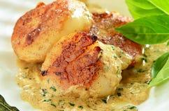 Опаленные scallops с сметанообразным соусом масла травы Стоковая Фотография RF