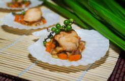 Опаленные scallops служили на кровати овощей дальше Стоковые Фотографии RF