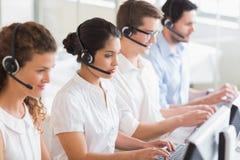 Операторы обслуживания клиента работая на столе Стоковые Фото