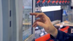 Операторы отжимают и выбирают необходимые установки на машине CNC стальной обрабатывая сток-видео