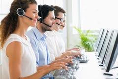 Операторы центра телефонного обслуживания работая на столе Стоковая Фотография RF