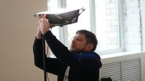 Оператор настроил профессиональное освещение в студии видеоматериал