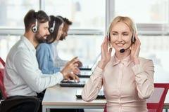 Оператор обслуживания центра телефонного обслуживания слушая к шлемофону стоковые фотографии rf