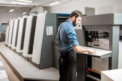 Оператор печатания работая на производстве стоковые фото