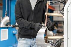 Оператор работает с процессом заварки пятна 2 части стали расплавлены совместно электрической жарой продукция стоковые фото
