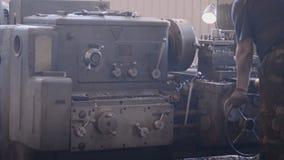Оператор стоит на филировальной машине сток-видео