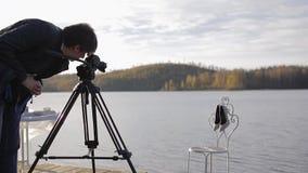 Оператор с камерой на ботинках женщины стрельбы треноги сток-видео