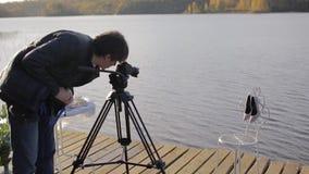 Оператор с камерой на ботинках женщины стрельбы треноги акции видеоматериалы