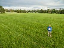 Оператор трутня в зеленом поле стоковое изображение