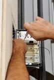 Оператор устанавливая новый телефон внутренной связи Стоковые Изображения RF