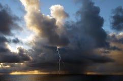 Опережать шторм в середине Атлантического океана стоковые фото