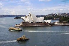 Оперный театр и паромы Сиднея стоковые фотографии rf