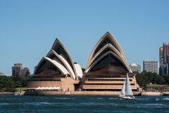 Оперный театр и skyscrpers Сиднея стоковое фото