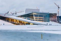 Оперный театр Осло - взгляд вечера с снегом Стоковые Фото