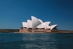Оперный театр Сиднея заливом Стоковое Изображение RF