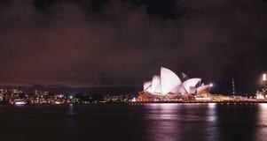 Оперный театр Сиднея на ноче, ce исполнительских искусств мульти-места стоковые фотографии rf