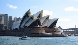 Оперный театр Сиднея при катамаран проходя мимо Сидней Австралия fields долина вэльс охотника виноградин новая южная australites Стоковое Изображение RF