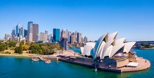 Оперный театр Сиднея с горизонтом города Стоковое Фото