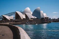 Оперный театр Сиднея с мостом в передовой линии Стоковая Фотография