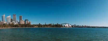 Оперный театр Сиднея с небоскребами Стоковое Изображение