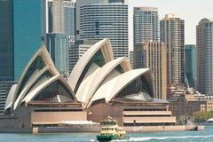 Оперный театр Сиднея с паромом стоковое фото