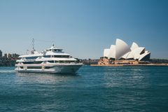 Оперный театр Сиднея с яхтой в переднем плане Стоковые Фотографии RF