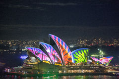 Оперный театр Сиднея в ярком Сиднее Стоковое Изображение