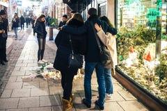 Оплакивать в людях страсбурга оплачивая дань к жертвам Terro стоковые фото