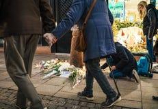 Оплакивать в людях страсбурга оплачивая дань к жертвам Terro стоковая фотография