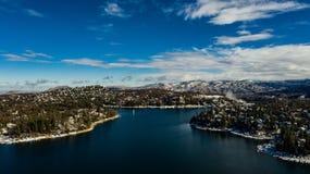 Оплакивая вид с воздуха наконечника озера, Калифорния на спокойный зимний день стоковые фото