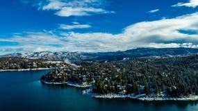 Оплакивая вид с воздуха наконечника озера, Калифорния на спокойный зимний день стоковое изображение rf