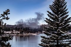 Оплакивая вид с воздуха наконечника озера, Калифорния на спокойный зимний день стоковое фото