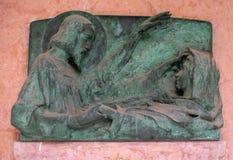 Оплакивая скульптура на кладбище Mirogoj в Загребе Стоковые Изображения RF