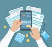 Оплата налогов, фактура интернета, счет, креня Укомплектуйте личным составом руку держа телефон и прессы кнопка оплаты он-лайн оп