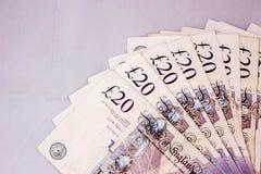 Оплата платежей наличными денег фунтов английского языка зарабатывает ставридам туризма дохода валюты 20pounds свободу перемещени стоковые фотографии rf