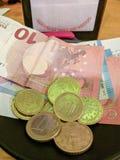 Оплата счета на таблице ресторана стоковые фото
