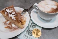 Оплата Bitcoin в кафе Стоковая Фотография RF
