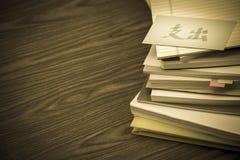 Оплатите вне; Куча деловых документов на столе Стоковое Изображение RF