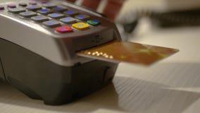 Оплатите для приобретений, введите карточку банка в стержень 3840x2160, 4K акции видеоматериалы
