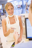 оплачивать женщину магазина Стоковое Фото