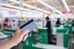 Оплачивать используя кредитную карточку на кассире проверки супермаркета Стоковые Изображения RF